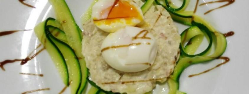 Huevos mollet-pure de patata trufado y tallarines de calabacin